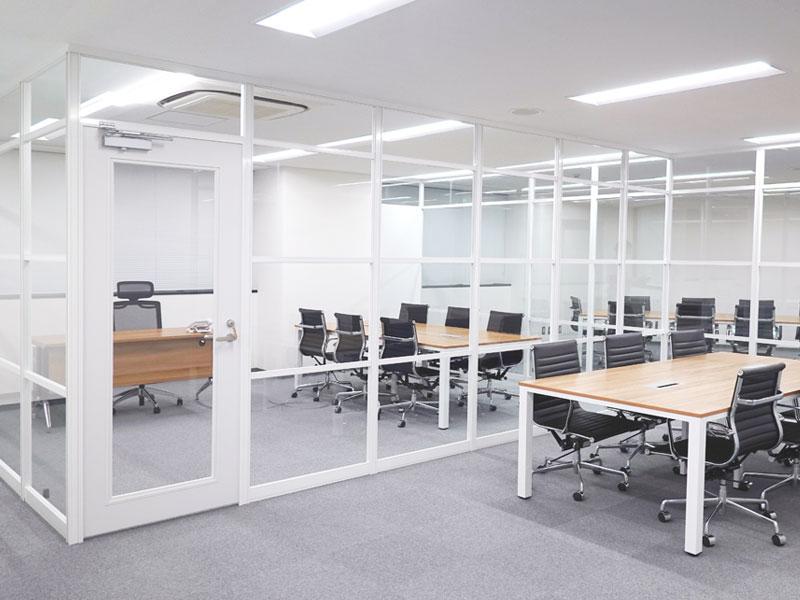 ホワイトフレームとガラスで仕切る社長室・会議室