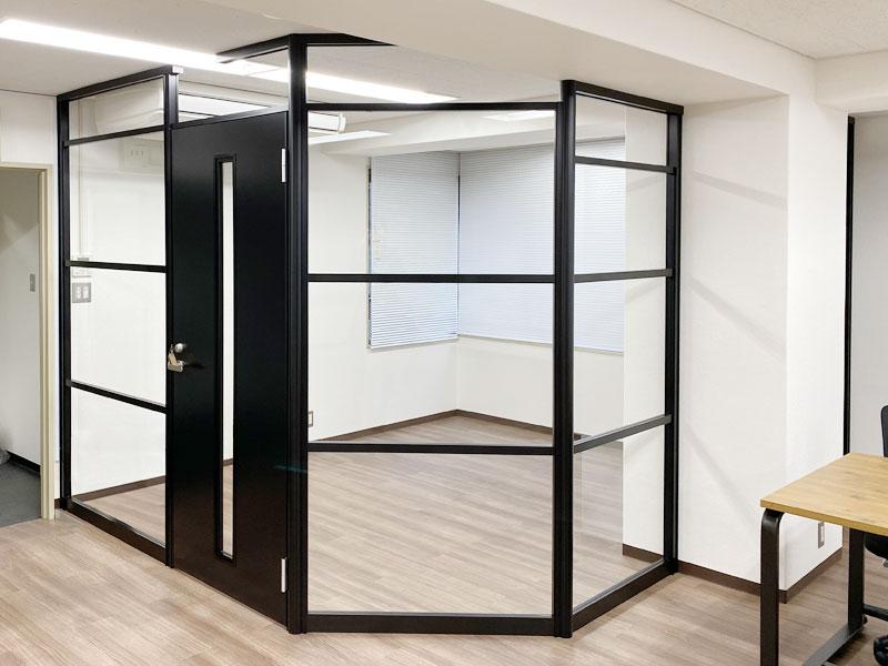 スタイリッシュさが魅力なクリアガラス×ブラックフレームパーテーション
