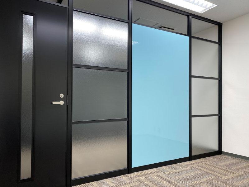 ガラスとホワイトボードで構成した会議室