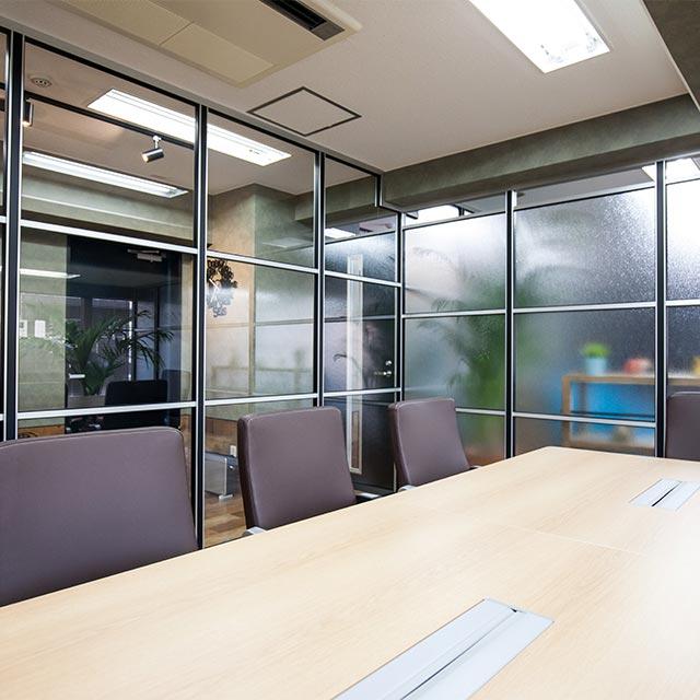 ミーティングルーム・会議室のガラスパーテーション・間仕切り工事の施工事例001