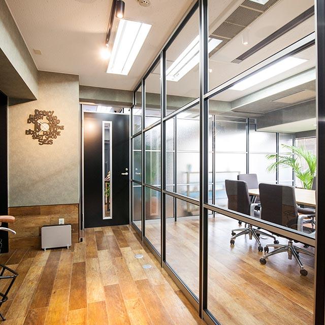 ミーティングルーム・会議室のガラスパーテーション・間仕切り工事の施工事例002